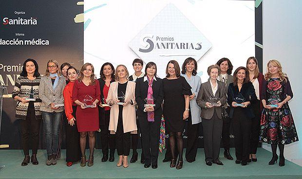Foto de familia de las galardonadas en los Premios Sanitarias.